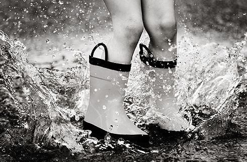 """Résultat de recherche d'images pour """"enfants qui sautent dans une flaque d'eau noir et blanc"""""""